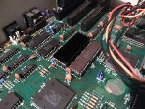 Detalle de procesador NEC y coprocesador bajo disipador térmico