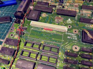 Retirada de procesador 68000 previa a colocación de zócalo de 64 pines